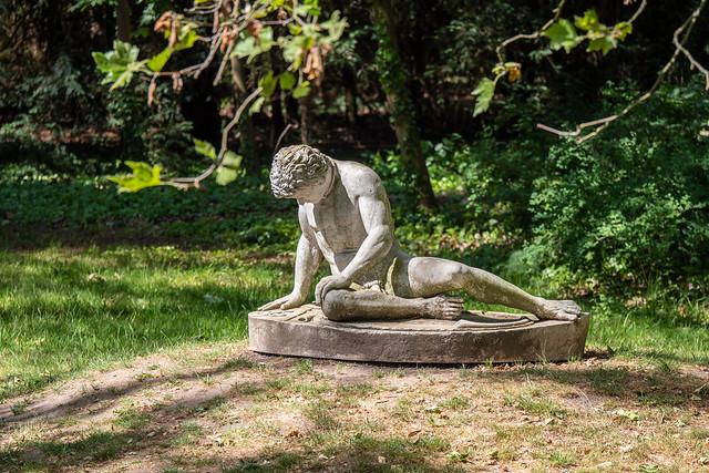 Wörlitzer Park: Kopie der antiken Statue eines sterbenden Galliers in Neumarks Garten - Wörlitz Park: