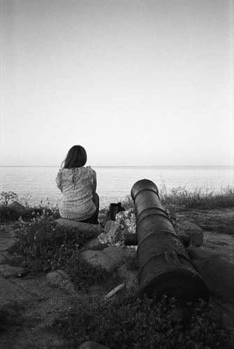 bnw cannon woman love hate seaside sunset sea film kodakd76 kodak trix400 bnwphotography fineart olympus mju1