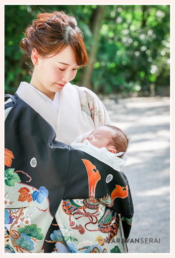 お宮参り 黒い産着 ママもお着物 寝ている赤ちゃん