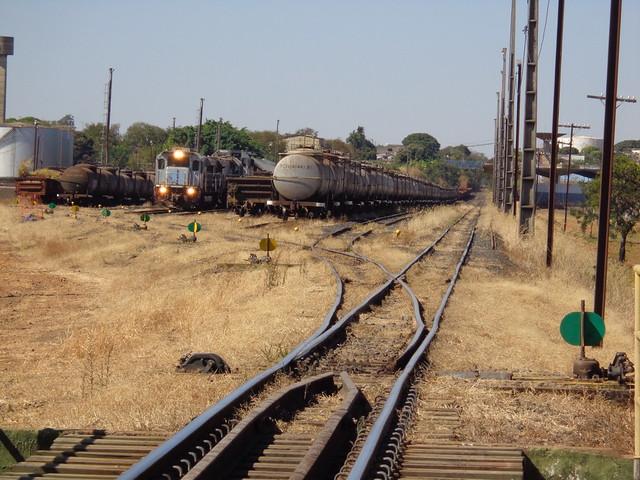 33634 Pátio de Uberlândia MG. Na Linha 3 vagões tanque estacionados; na Linha 6 trem M479