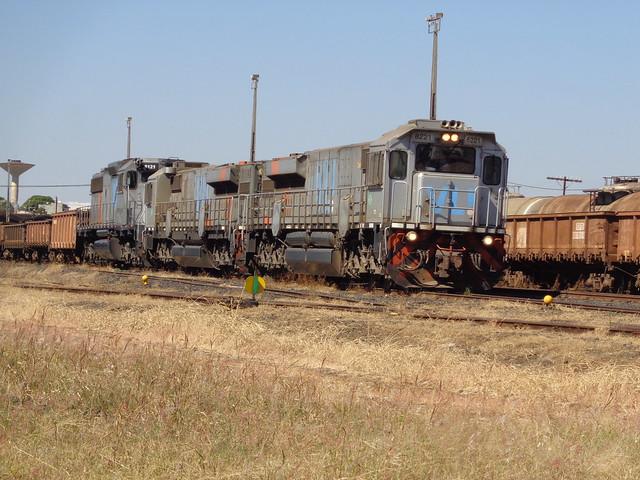 36636 GT46AC #8221 + 8181 + BB40-2 #8121 com trem M479 na Linha 6 Uberlândia MG     (2)