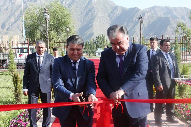Глава государства сдал в эксплуатацию административное здание электросетей Таджикабадского района