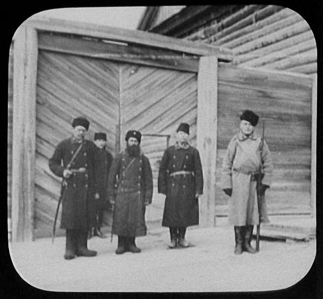 Хабаровск. Осужденные и тюремный надзиратель