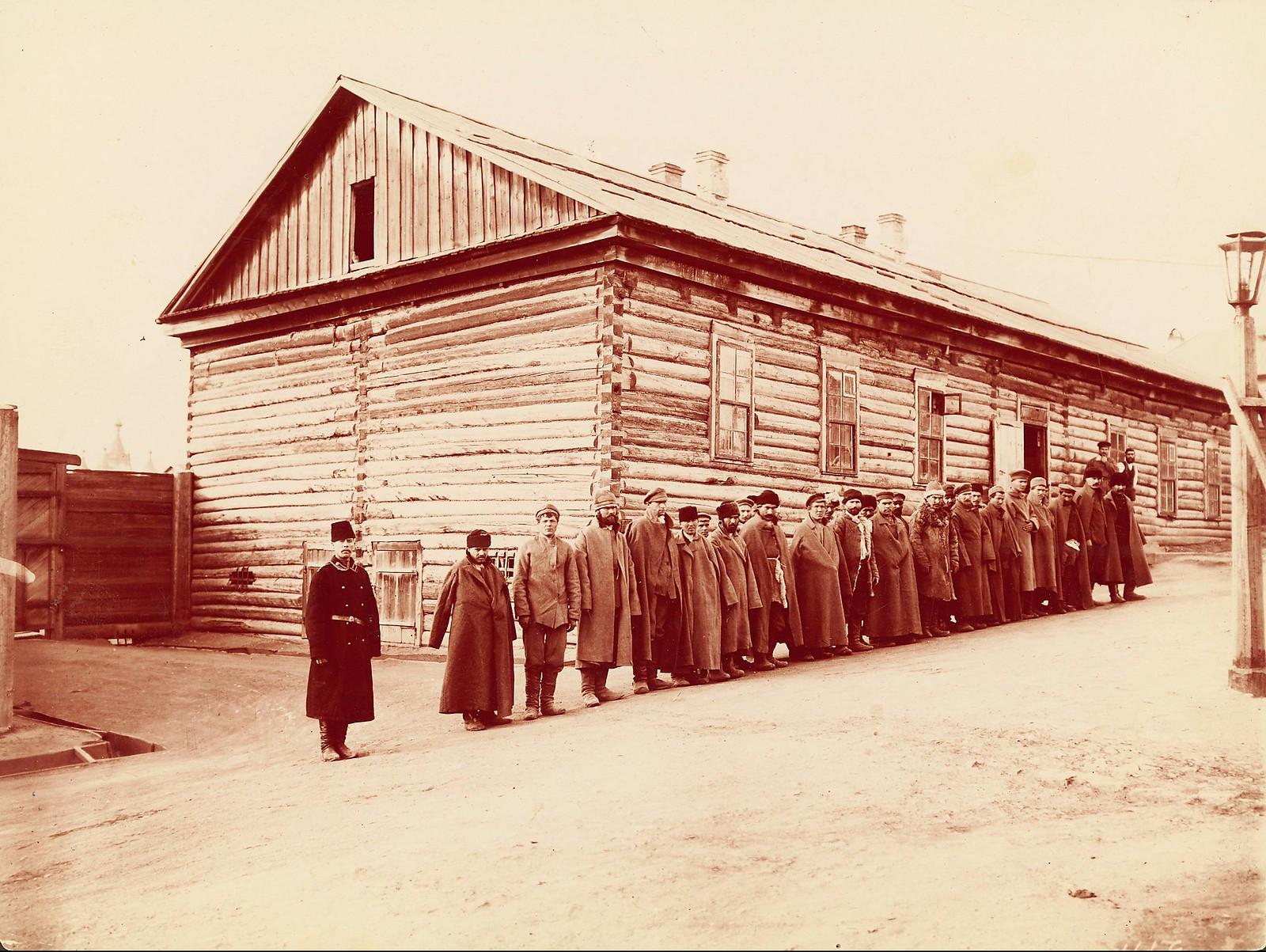 Хабаровск. Осужденные выстроились в очередь за своим бараком