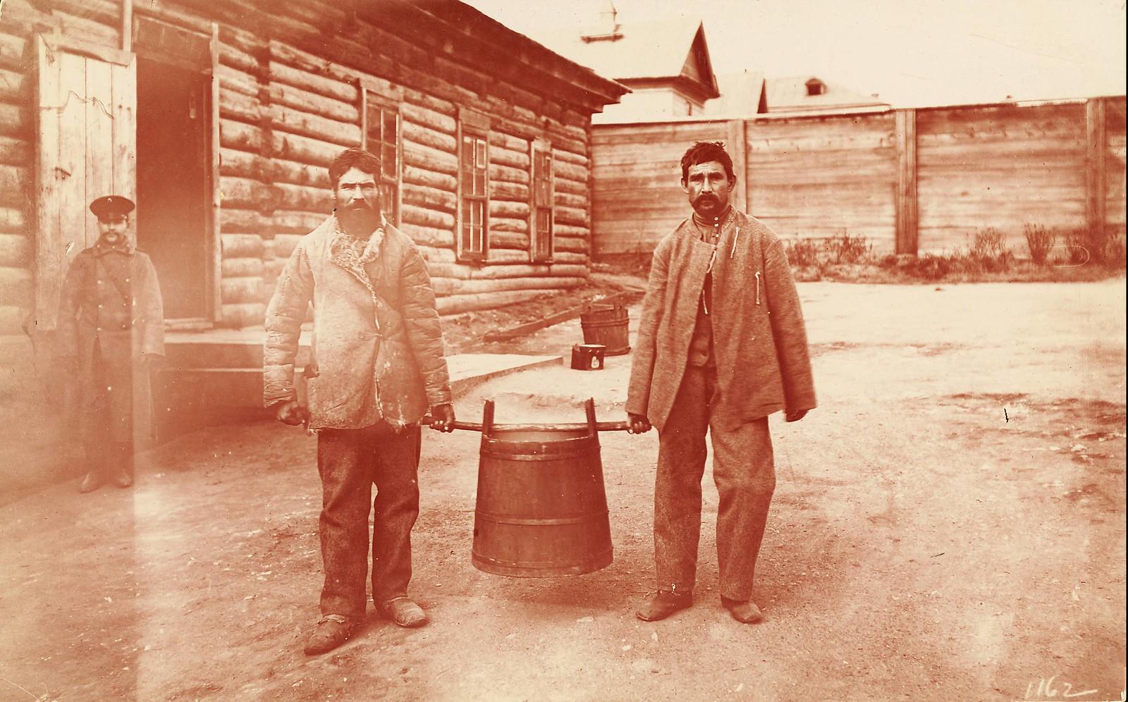 Хабаровск. Осужденные несут бочку с супом