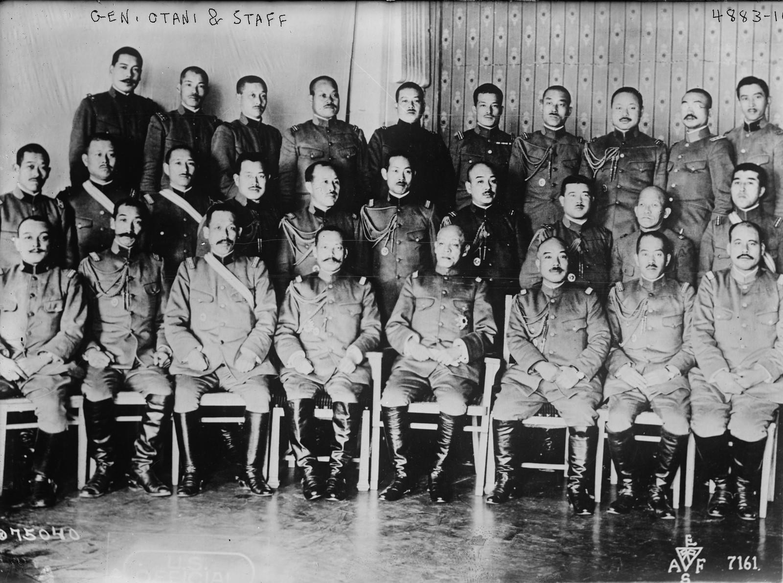 1918. Генерал Кикудзо Отани, главнокомандующий союзными войсками на Дальнем Востоке со своими штабными офицерами
