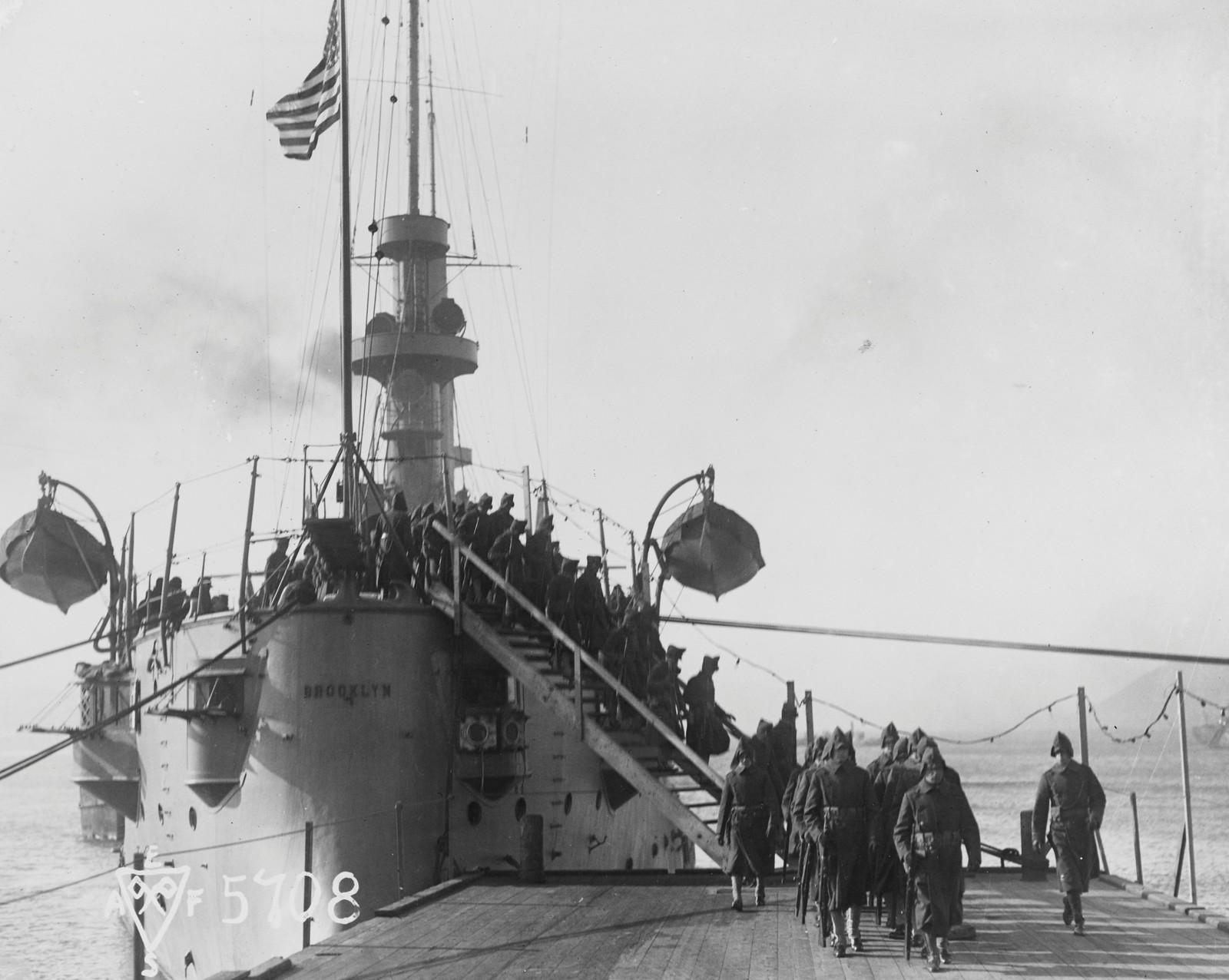 1918. Американские морские пехотинцы высаживаются с броненосного крейсера «Бруклин» во Владивостоке