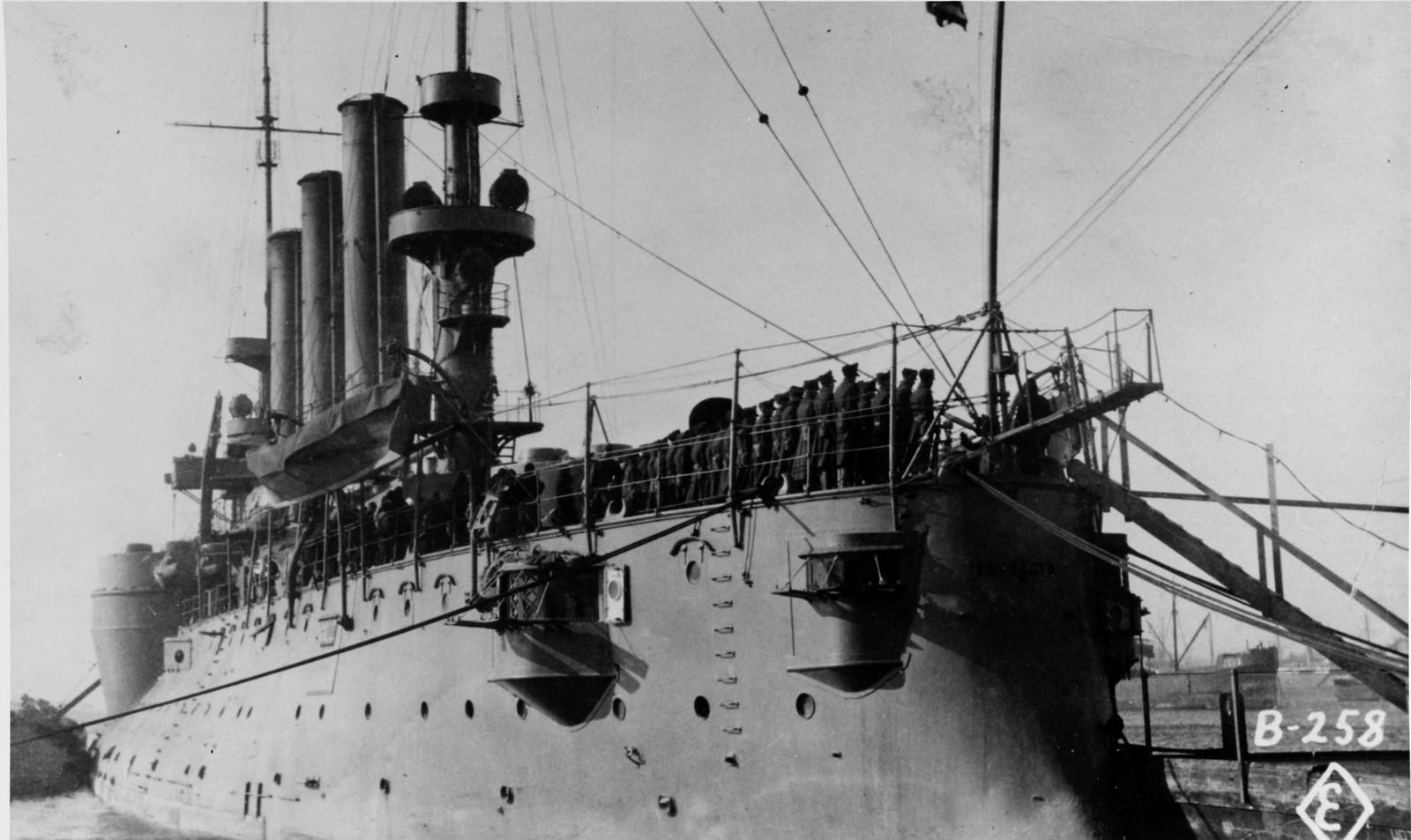 1918. Броненосный крейсер «Бруклин». Морские пехотинцы на палубе корабля