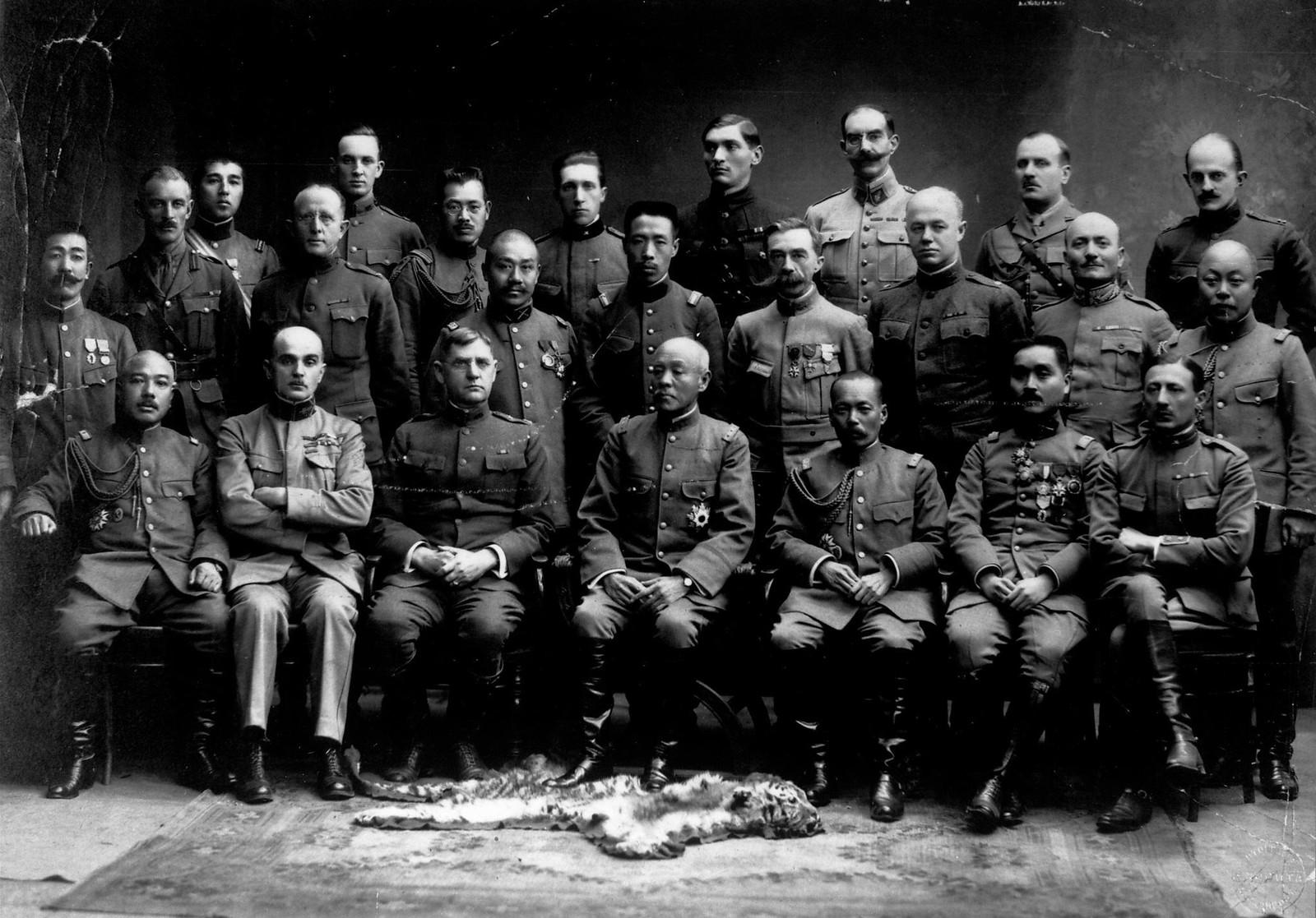 1918. Американский генерал-майор Уильям С. Грейвс и генерал Кикудзо Отани, их штабы