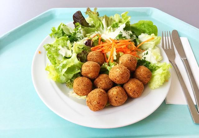 Salad with chickpea balls & french dressing / Salatteller mit Kichererbsenbällchen (Falafel) & French Dressing