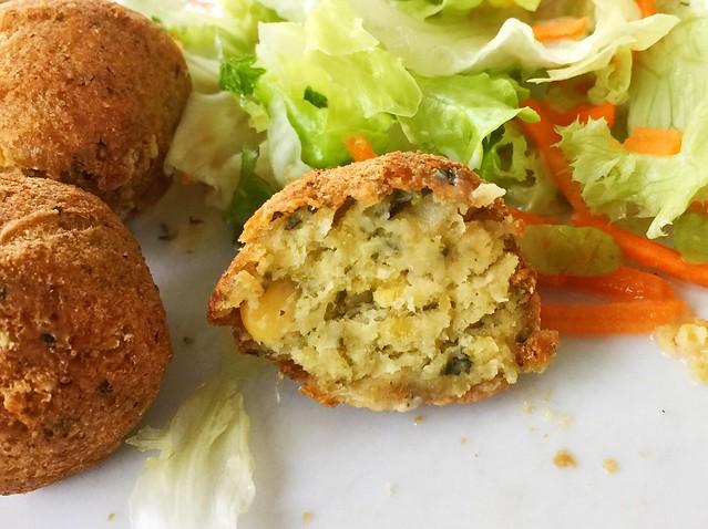 Chickpea balls - Lateral cut / Kichererbsenbällchen - Querschnitt