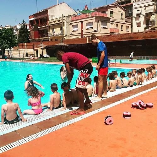 Avui ha començat l'#estiuviu i no hi ha res millor que la #piscina municipal per fer passar la #calor practicant la #natació #Gelida #Penedès