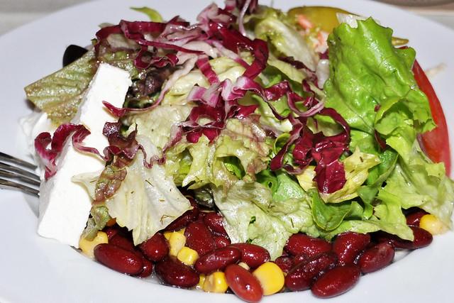 Sommerhitze? Salat ! ... Großer gemischter bunter Salatteller ... Foto: Brigitte Stolle