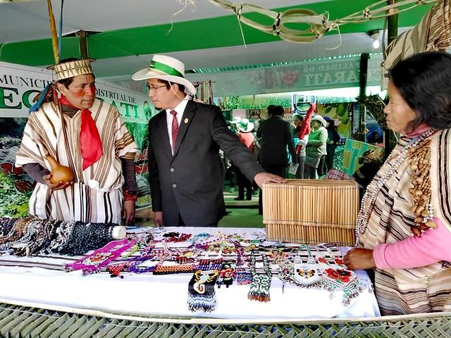 Artesanías de comunidades nativas de Echarati sorprenden en feria de Huancaro