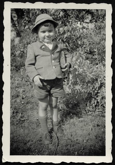 Archiv T322 Junge mit Fototasche, 1950er