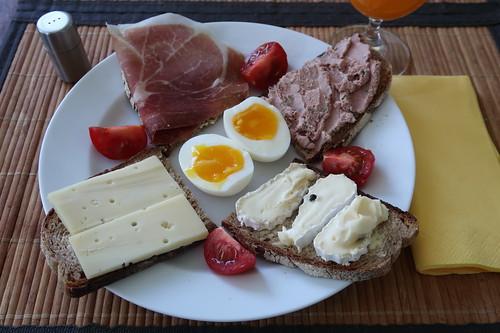 Schnittchenteller für Frühstück auf dem Balkon