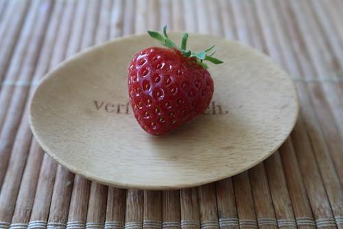 Erste Erdbeere dieses Jahres von den Erdbeerpflanzen auf unserem Balkon