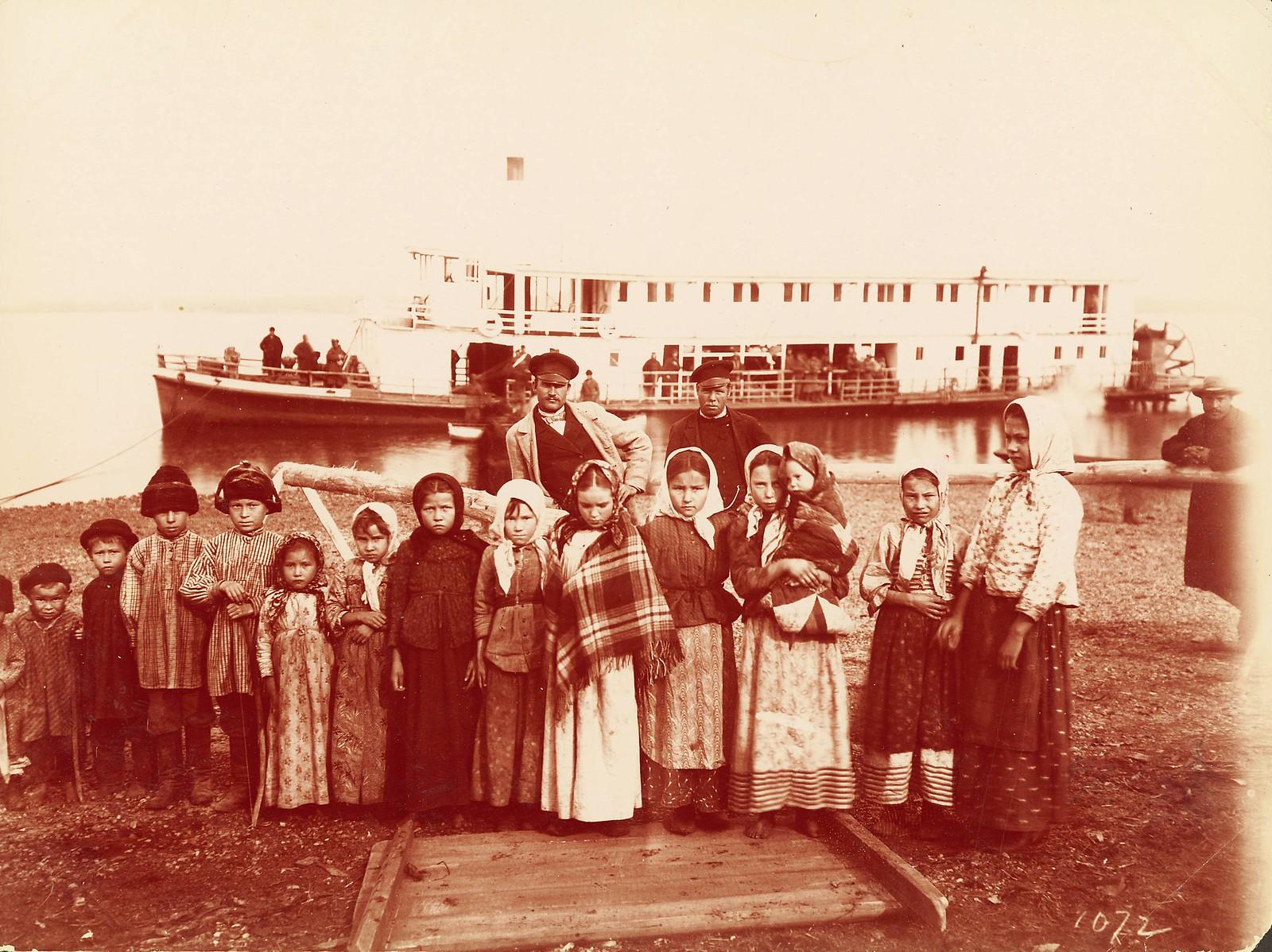 Группа казачьих (крестьянских) детей на реке Уссури