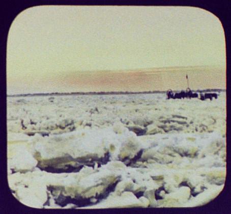 Лошади с санями на неровном льду реки Амур после первого замерзания