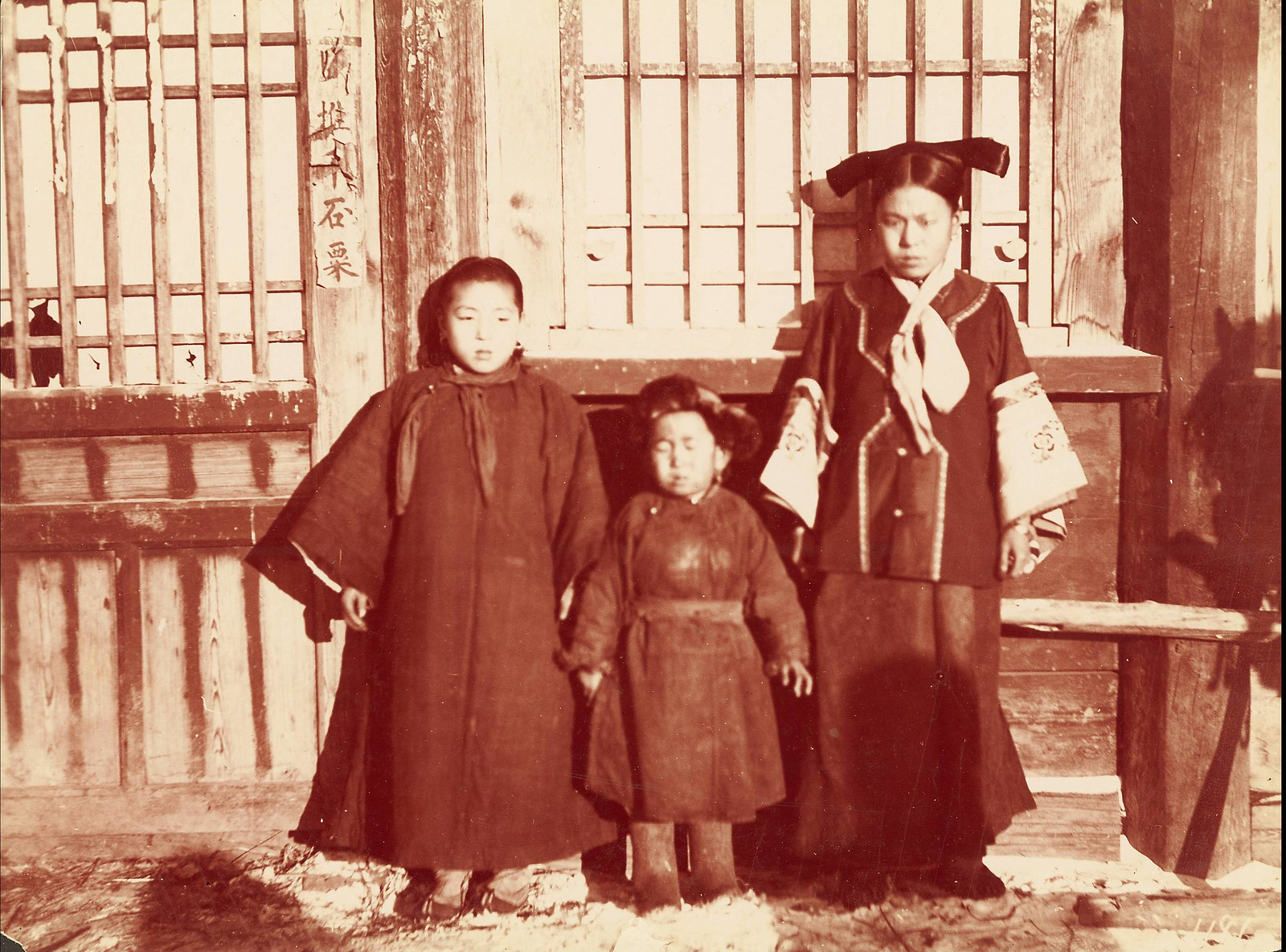 Сахалин. Маньчжурские женщины и дети