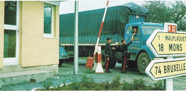 Postcard Découvrir la France Le Poste de douane 1970a