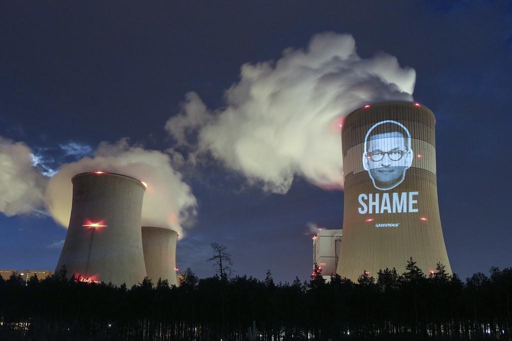 歐洲理事會結束後,環保團體綠色和平以夜間投影抗議波蘭總理莫拉維茨奇,沒有支持2050年氣候中和時限。圖片來源:Greenpeace Polska(CC BY-ND 2.0)