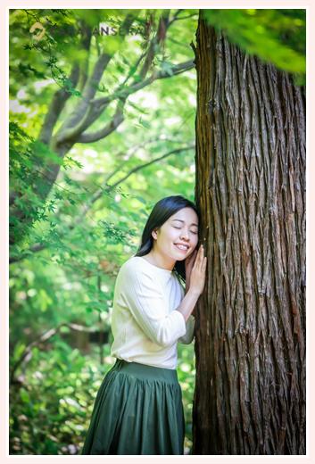 過食症専門カウンセリング「ハッピーフローラ(Happy Flora)」鈴木玲奈さま 森の中でプロフィール写真