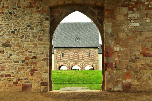 Juni 2016 ... Karolingerstadt Lorsch ... Klosterareal ... Torhalle / Königshalle, Klostermauer, Kirchenruine, Zehntscheuer, Café am Kloster ... Fotos: Brigitte Stolle
