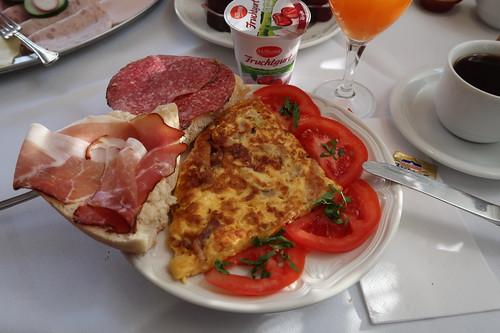 Brötchen mit Schinken bzw. Salami zu Omelett