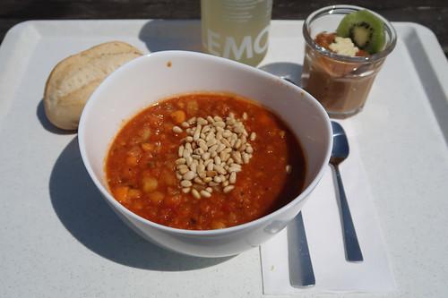 Veganer Kichererbsen-Tomaten-Eintof mit Pinienkernen, Latte-macchiato-Creme und Bio-Ingwer-Limonade