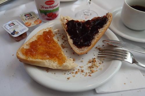 Brötchen mit Aprikosenmarmelade und Pflaumenmus