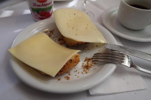 Käse auf Mohnbrötchen