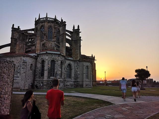 El sol se va. Y, antes de desaparecer, echa un último vistazo a la iglesia de Santa María en Castro-Urdiales.