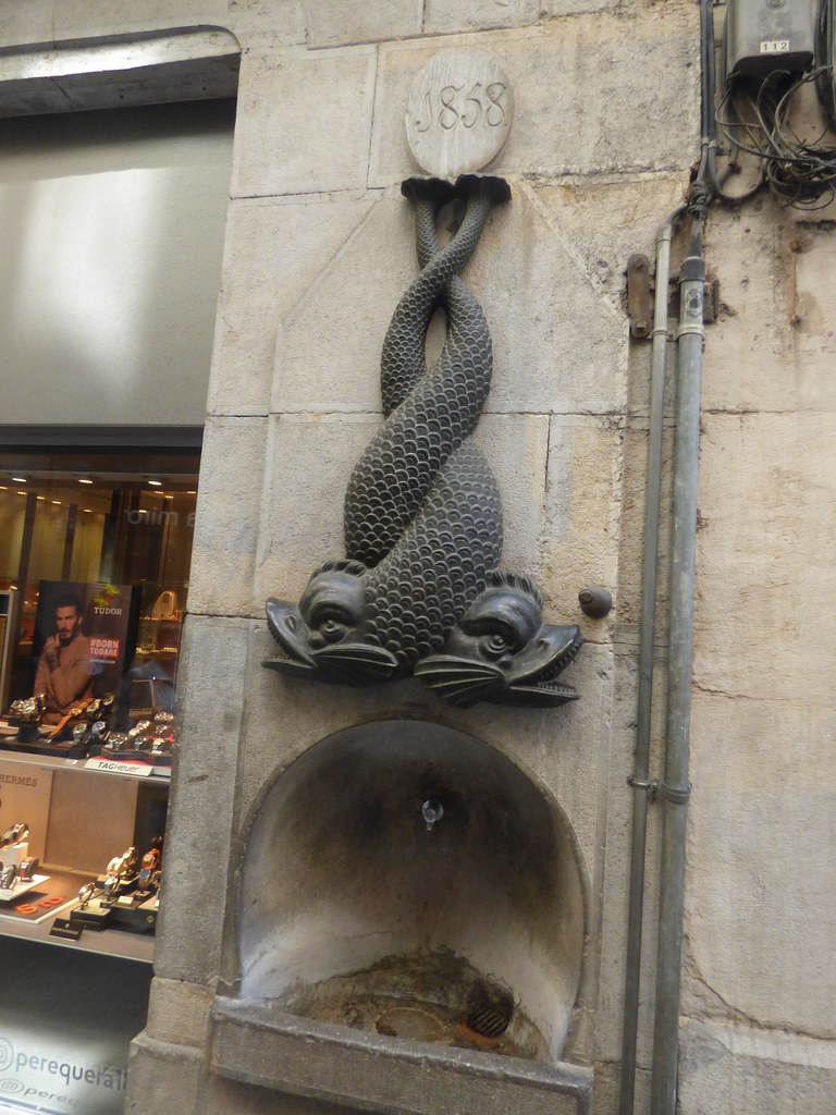 Carrer de l'Argenteria, Girona - drinking fountain with a double fish sculpture