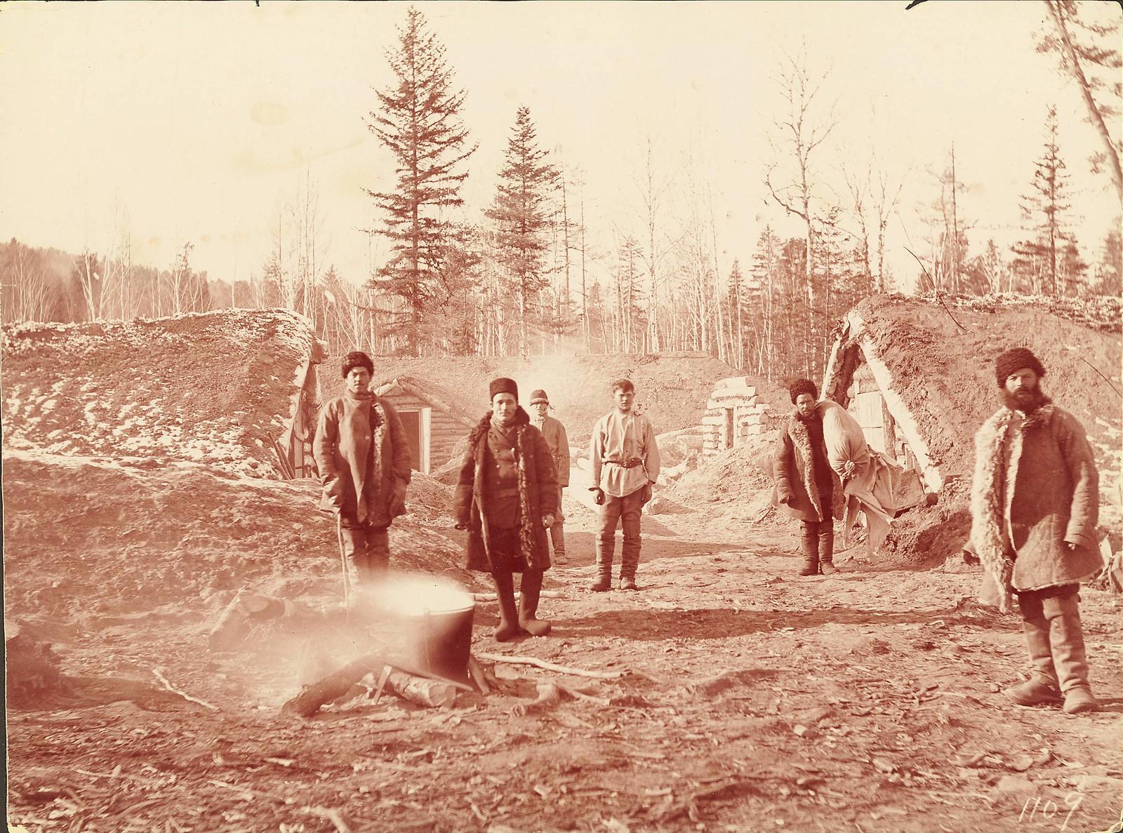 Лагерь каторжан, занятых на строительстве железной дороги