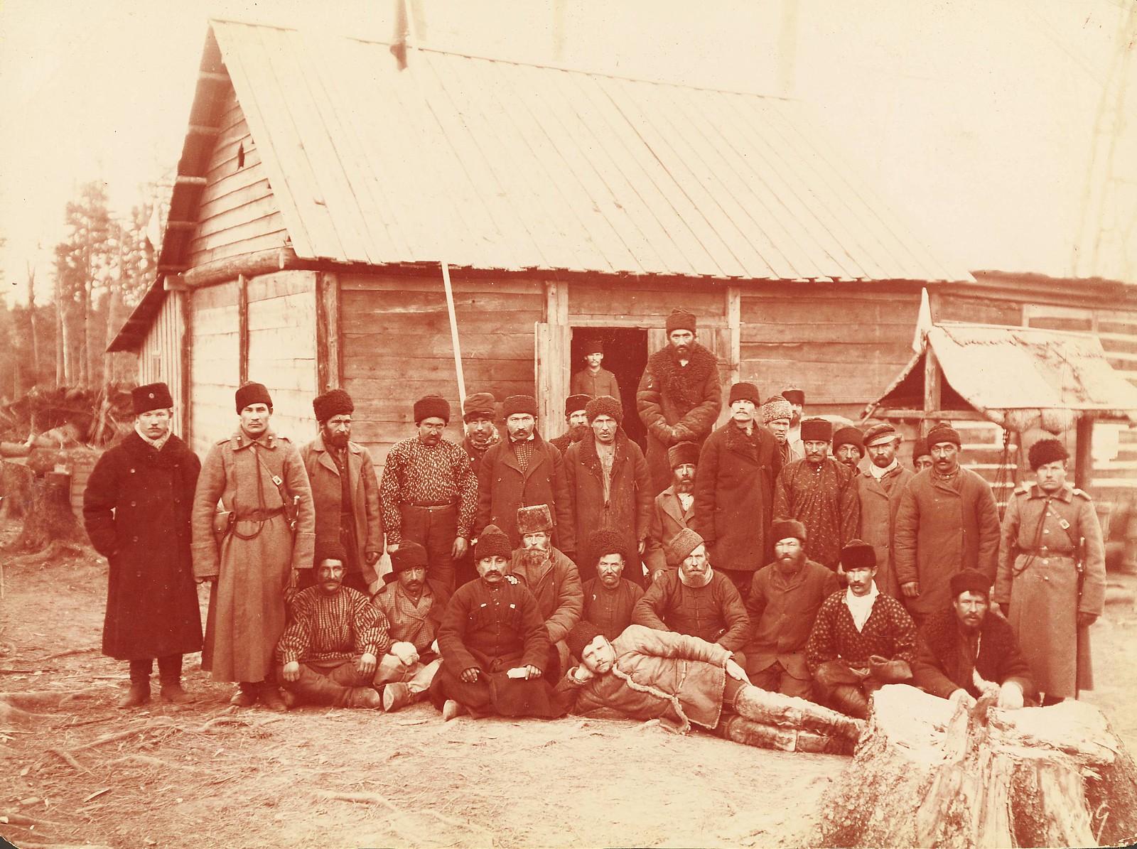 Группа каторжан и охранников
