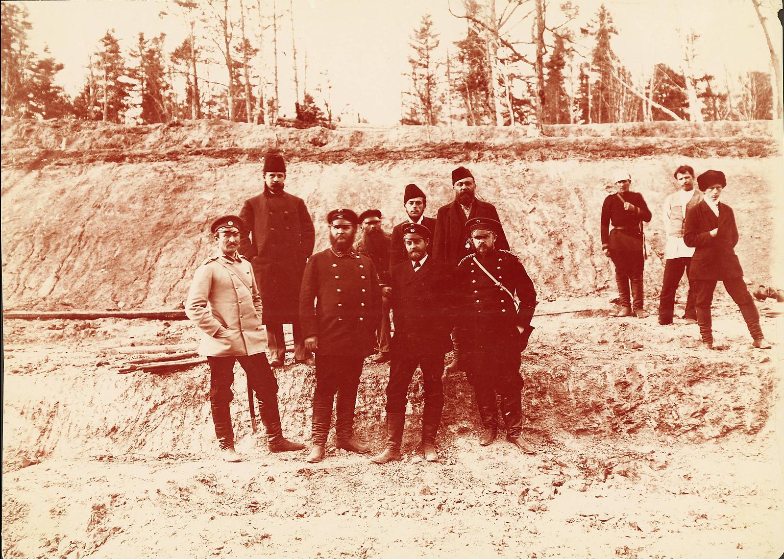Представители инженерного корпуса на строительстве дороги