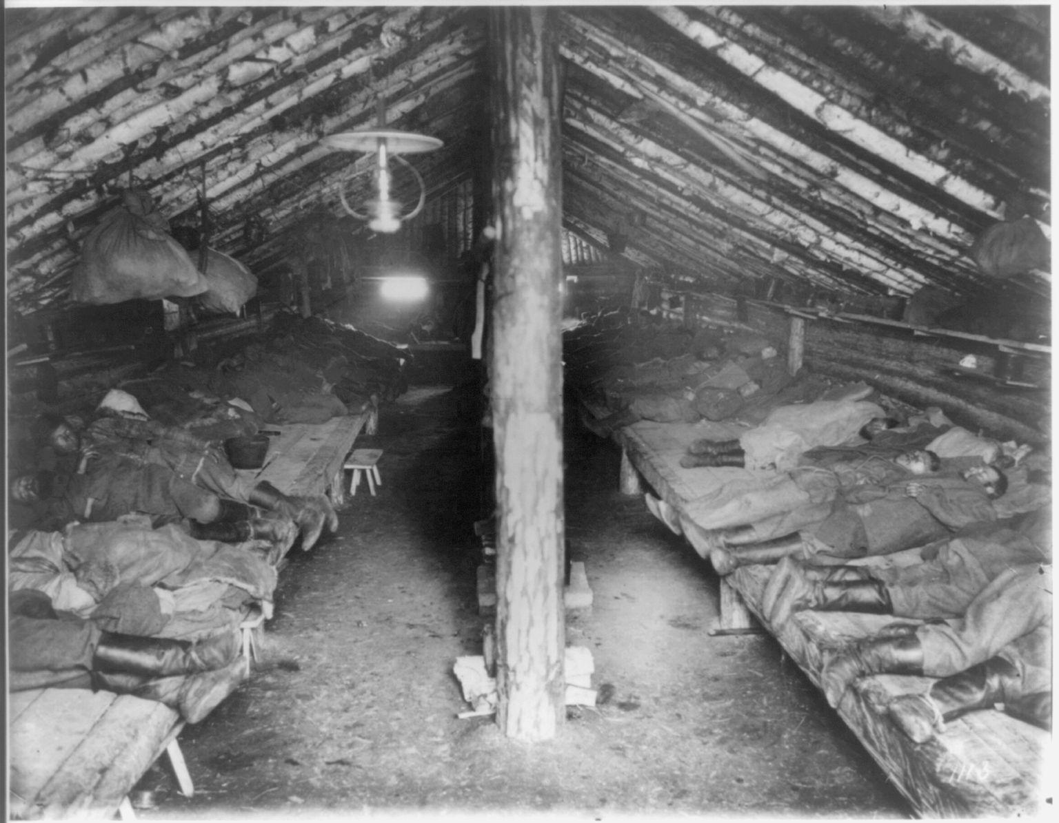 Интерьер жилища каторжан на строительстве железной дороги