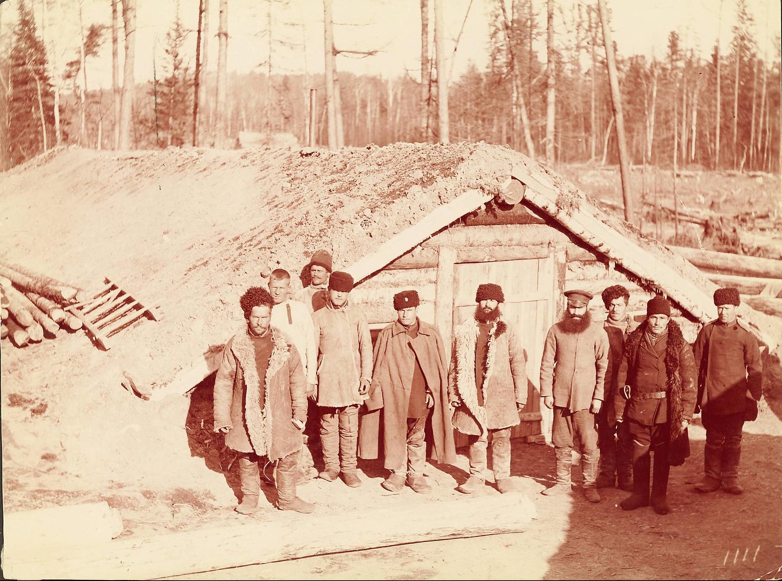 Группа казаков перед зимним домом