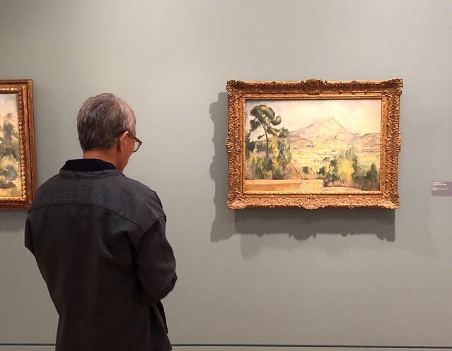 Visitante del Museo Granet admirando un cuadro de Cézanne (Aix-en-Provence)