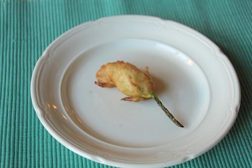 Gefrituurde courgettebloem met vulling van mozzarella...