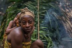 Mujer con su hijo en la selva de Camerún (etnia Pigmeos Baka)