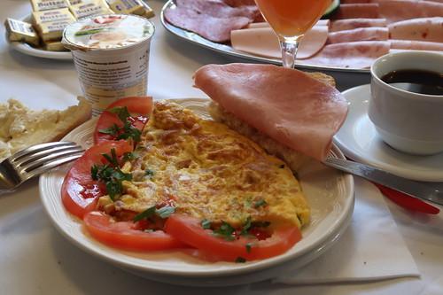 Brötchen mit Kochschinkenzu Omelett