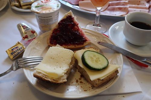 Mohnbrötchen mit Käse und Brötchen mit Kirschmarmelade
