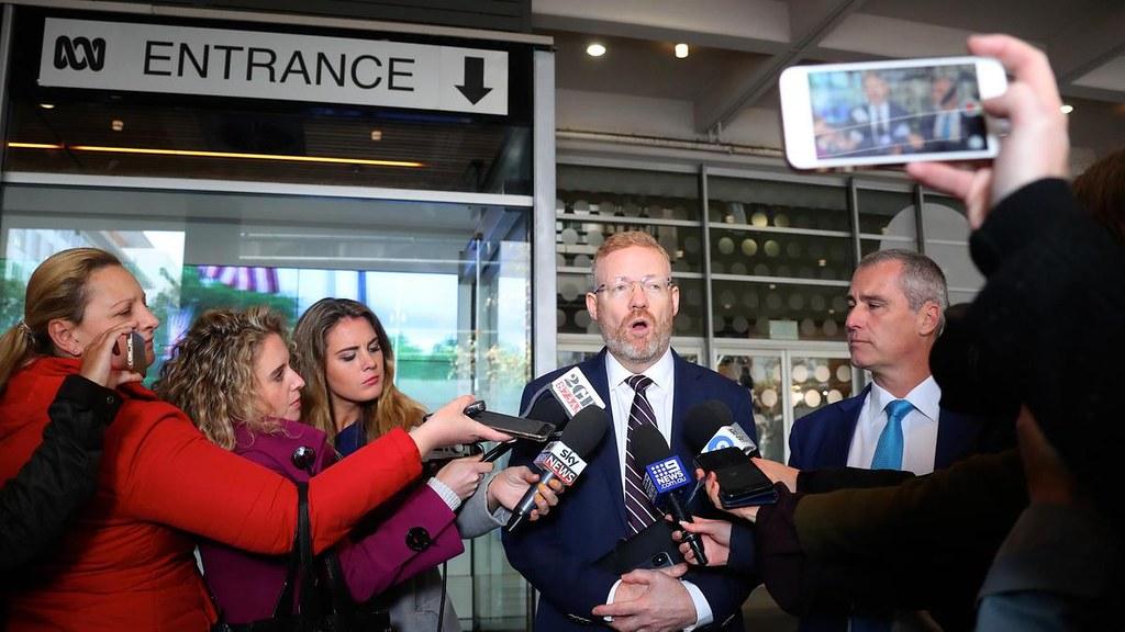 澳大利亞廣播公司編輯總監Craig McMurtie於警方突擊後向媒體說明情況。(圖片來源:EPA)