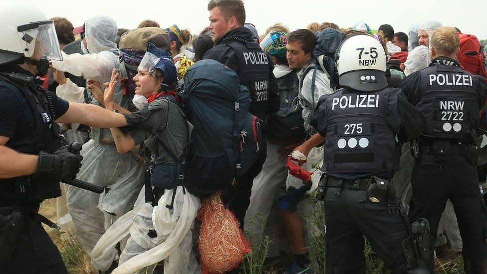 警方試圖阻擋示威者進入煤礦場。(圖片來源:Getty Images)