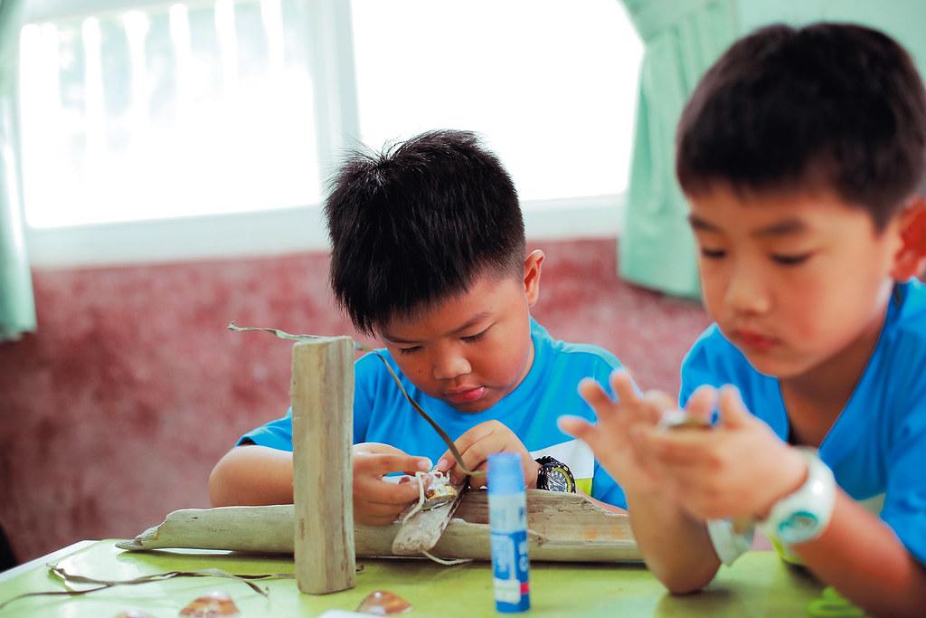 藝術家也深入成龍國小,與孩子協力創作。攝影:林韋言