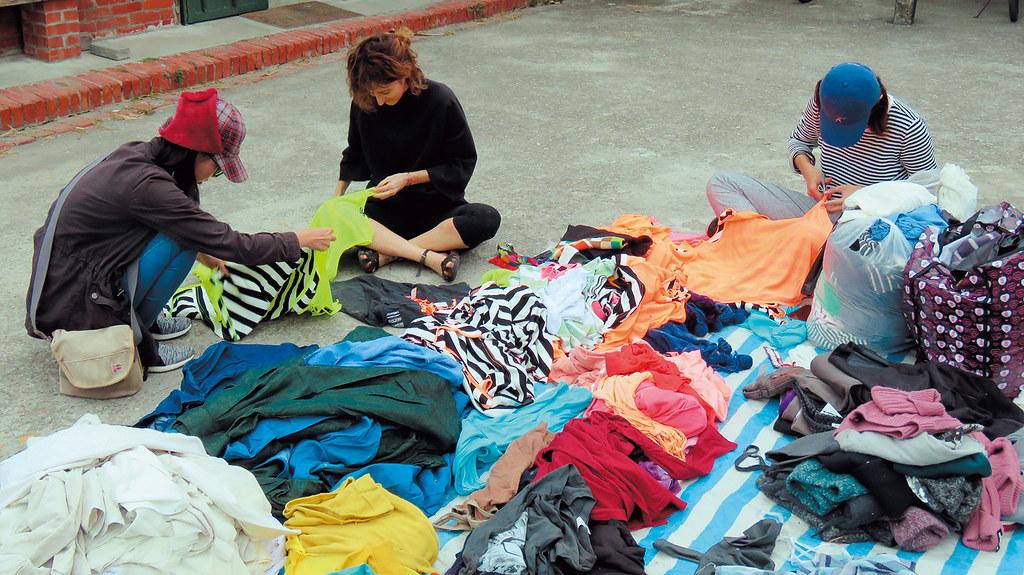 村民協助整理募集來的二手衣物。