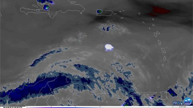 VCSE - A GEOS-16 műhold felvétele a becsapódás fényéről (fehér folt). A kép tetején Haiti, Dominika, illetve Puerto Rico szigete van berajzolva. - Spiegel Online