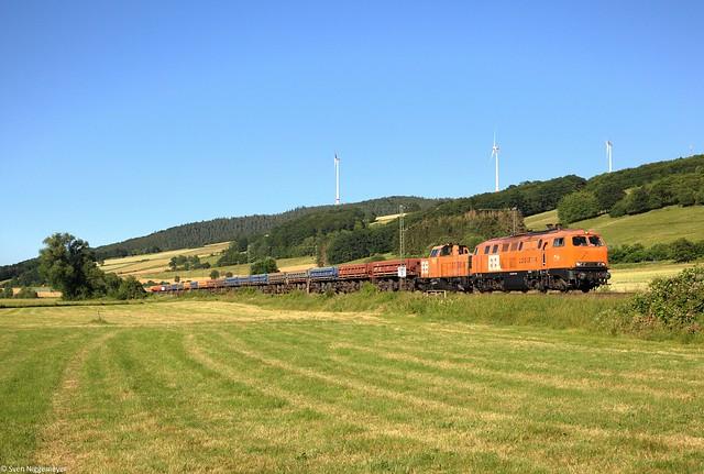 BBL Logistik 225 100-7 + 214 009-3 mit Abraumzug in Haunetal-Neukirchen am 27.06.19